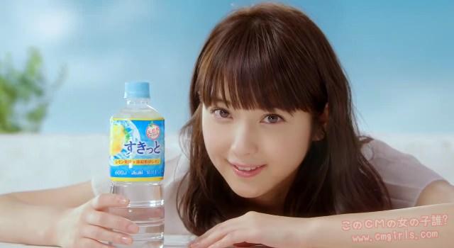 すきっとレモンを手に笑顔の佐々木希