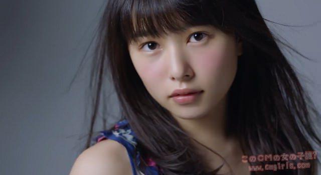 髪の毛が風に吹かれてふんわり舞う真剣な顔の桜井日奈子